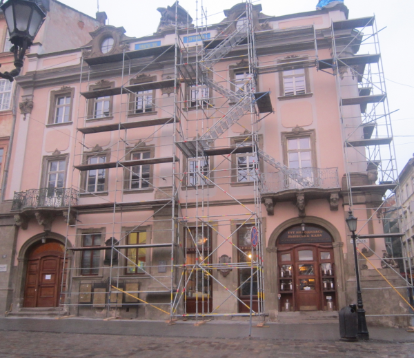Scaffolding in the form of staircase constructions (staircase overhead marches)